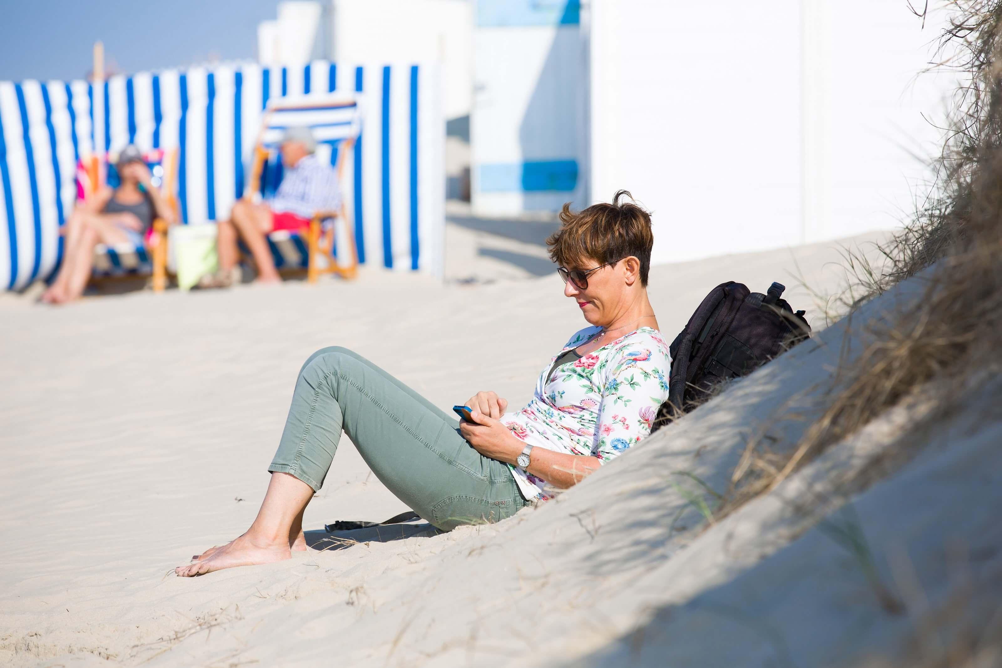 Vrouw relaxt op het strand