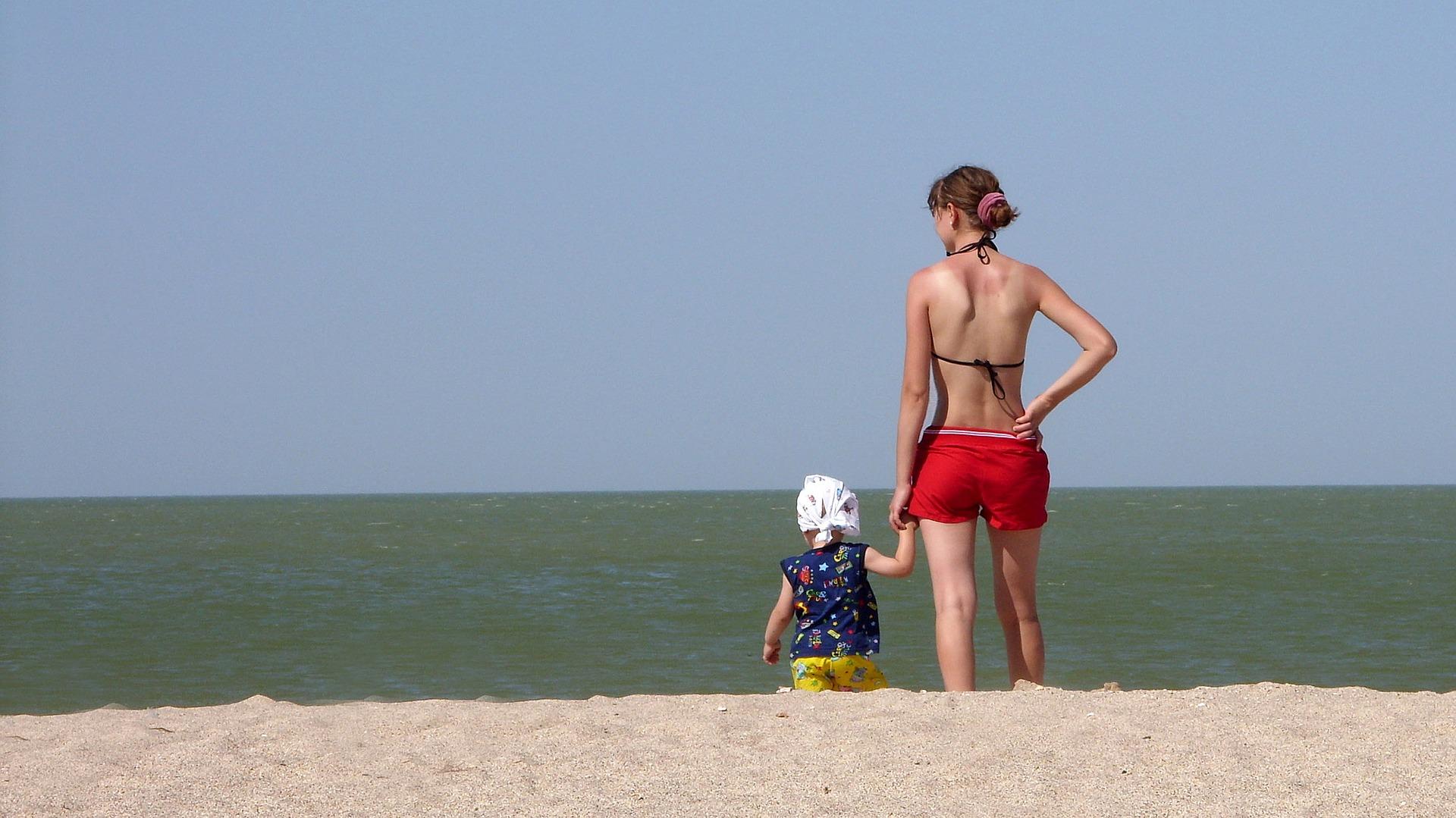 Moeder en kind bij de zee