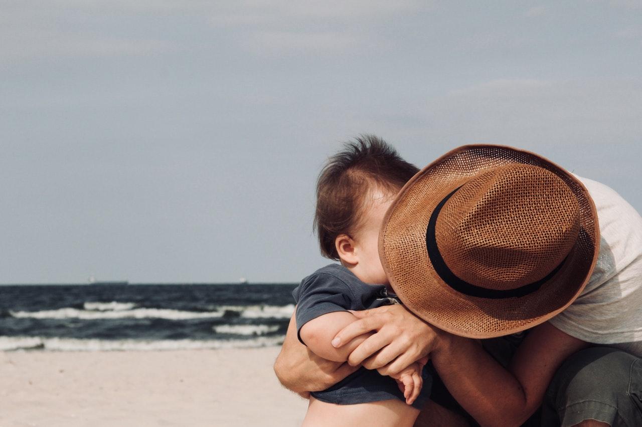 Kind en vader op strand