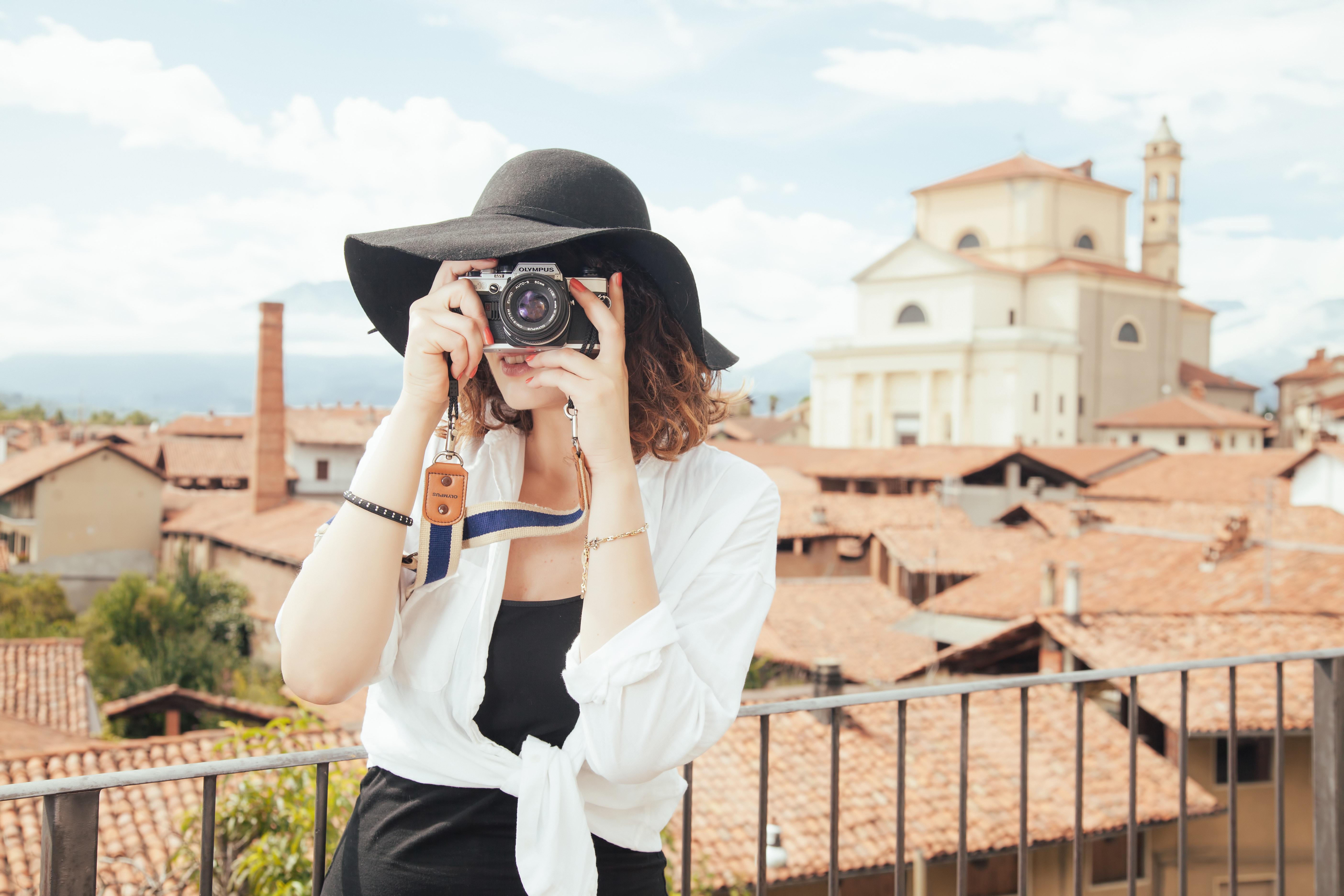 Vrouw maakt foto bij stadje
